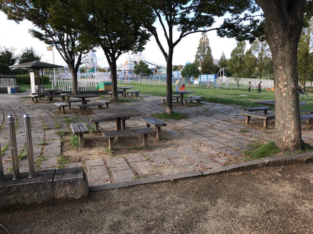 遊具広場(ラガーステーション花園)の前にはテーブル・いすがあるのでくつろげます。