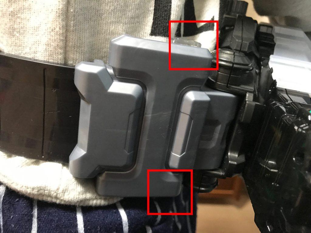 ベルトと本体はベルトの上下にボタンがあり、両方押さえると簡単に取り外しできます。