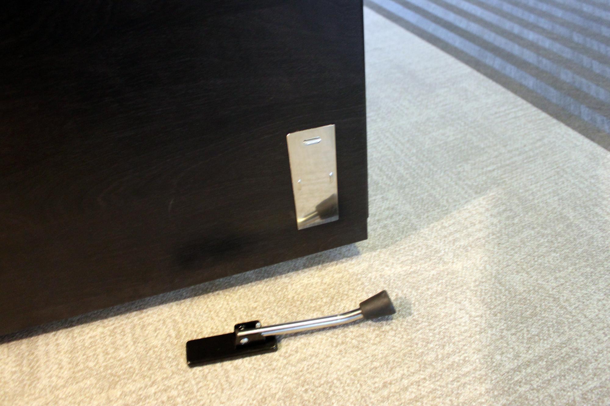 そのまま取り付けると磁力が弱かったので補助板をつけました。