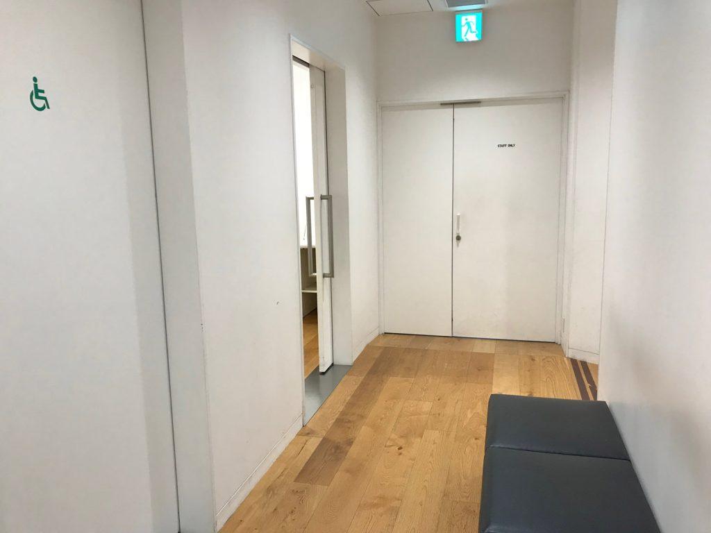 ユニクロ大阪店の授乳室前